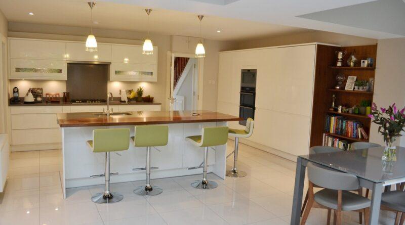 Варианты мебели для большой кухни